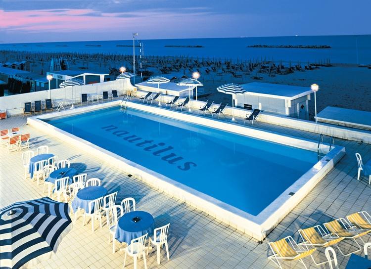 Hotel pesaro aperto tutto l 39 anno con vista sul mare adriatico hotel nautilus alberghi - Hotel sul mare con piscina ...