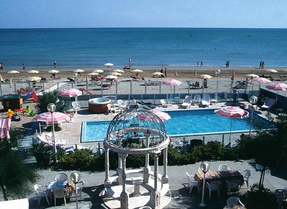 Hotel a fano affacciato sul mare con piscina e giochi per for Alberghi barcellona sul mare